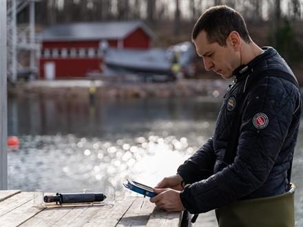 A diver prepares the Onset sensors for data logging and the Valtamer tablet for underwater data reading