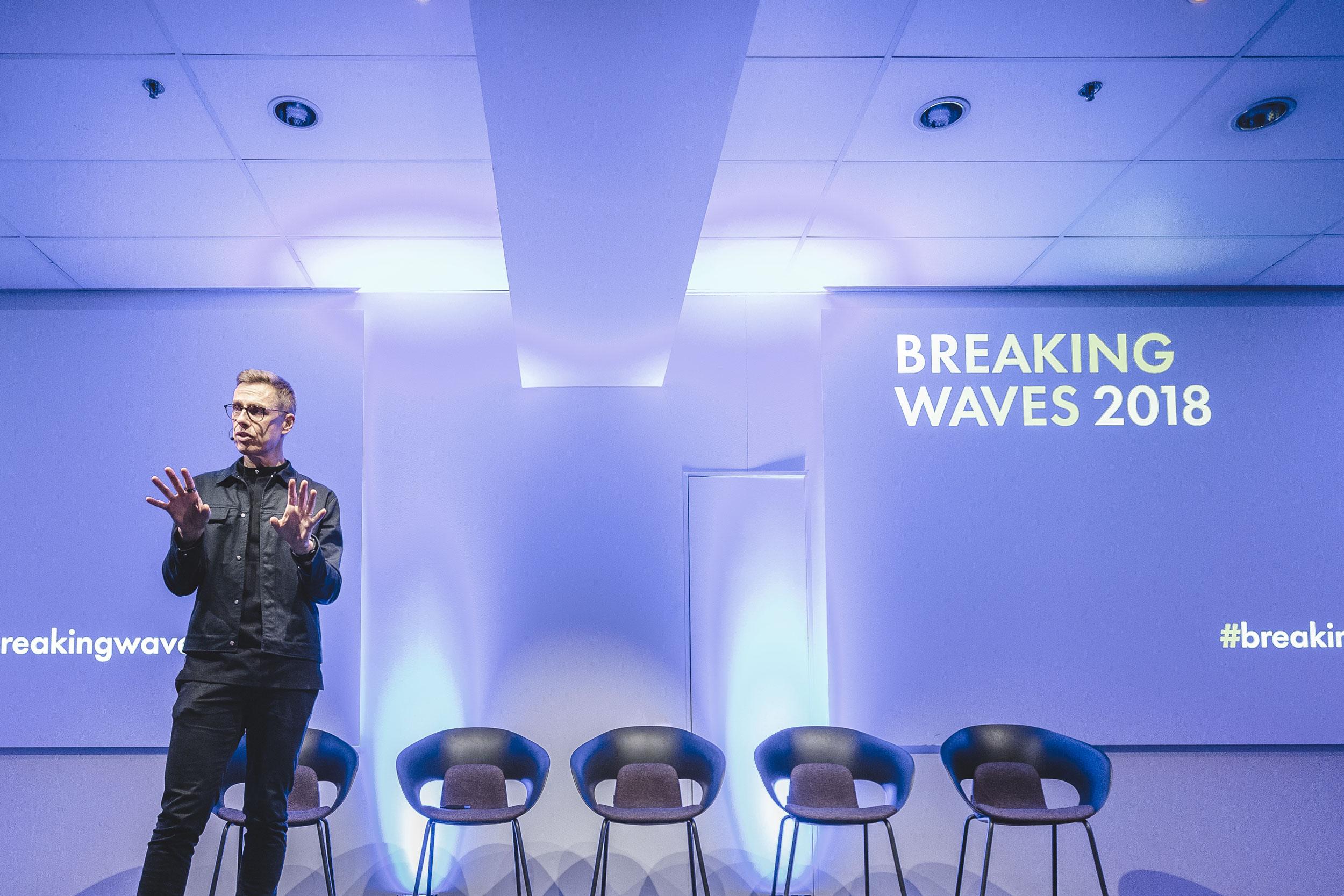w-sea20-read-breaking-waves-hero-2500x1667