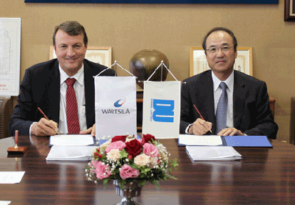 Martin Wernli, Vice President, 2-stroke, Wärtsilä Ship Power and Takashi Nakanishi, President of Diesel United