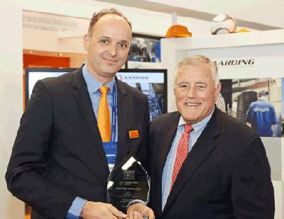 The President of PennWell Corporation, Robert F. Biolchini, handing the Best Paper Award to Market Development Director Melle Kruisdijk of Wärtsilä