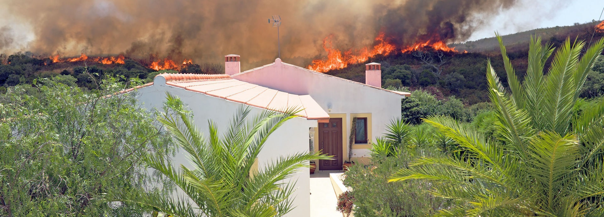 Houses threatened by wildfire in portugal